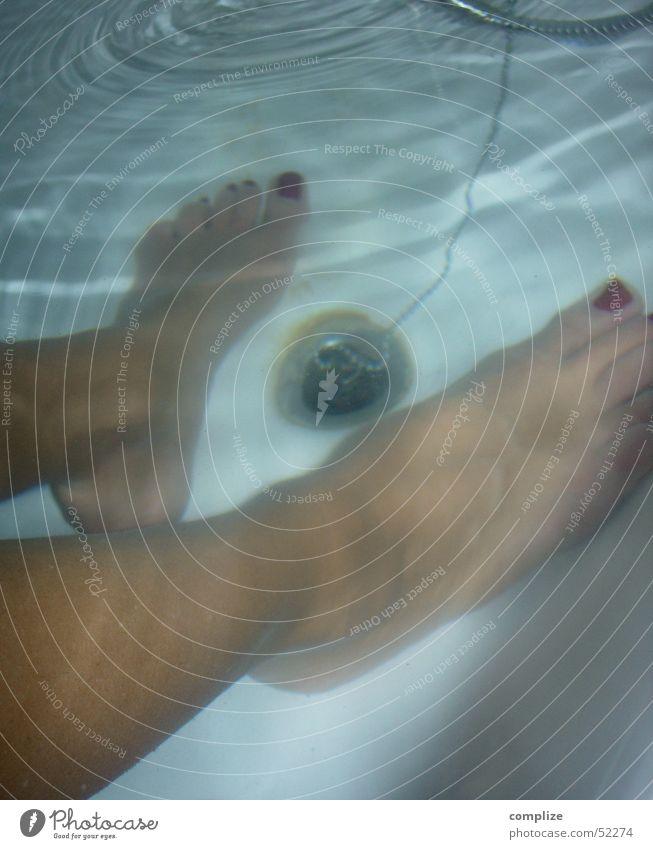 nasse füsse Frau blau Wasser schön rot Erholung feminin Beine Fuß Schwimmen & Baden Wellen Freizeit & Hobby Wassertropfen Kreis Badewanne Bad