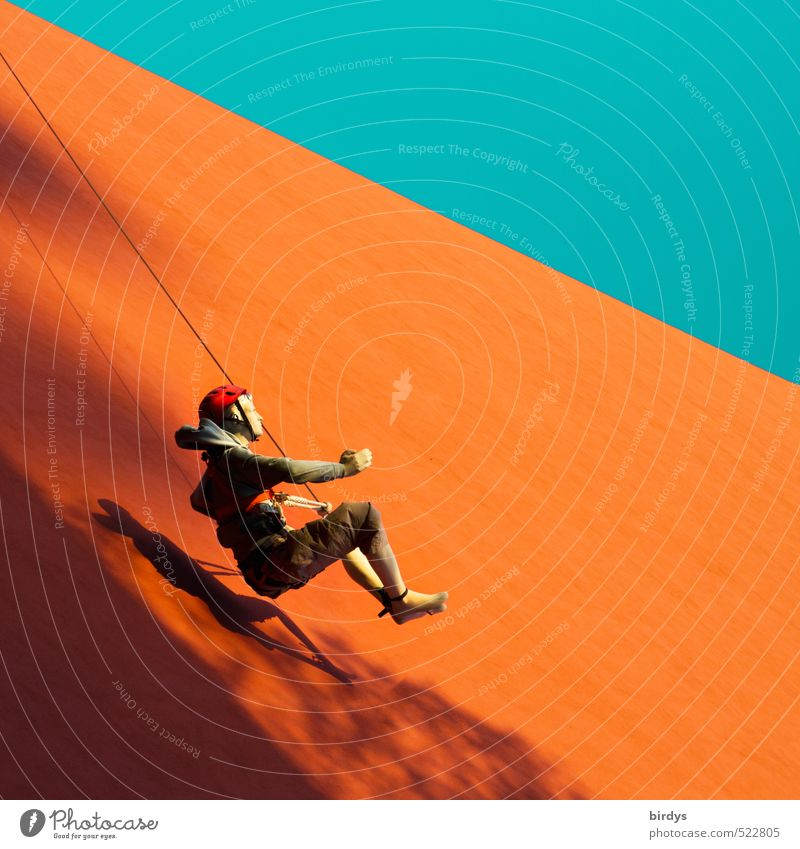 Pendler Klettern Bergsteigen Le Parkour androgyn 1 Mensch Wolkenloser Himmel Schönes Wetter Mauer Wand Fassade hängen ästhetisch sportlich orange türkis
