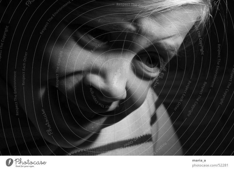 Mädchen 3# Kind schwarz dunkel Gefühle Licht Angst Porträt hell Kontrast Gesicht Schwarzweißfoto b/w Gesichtsausdruck Fragen