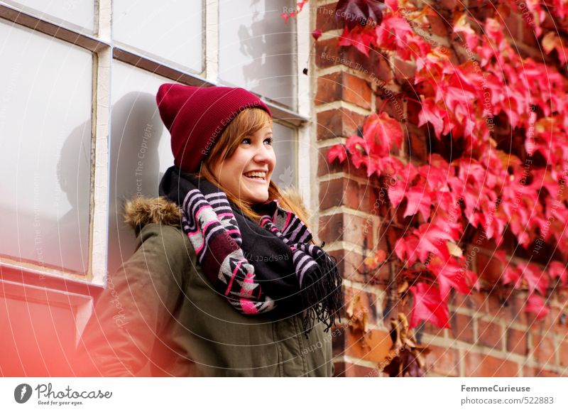 Roter Herbst (IV). Mensch Frau Kind Natur Jugendliche Farbe Pflanze rot Junge Frau Freude 18-30 Jahre Erwachsene Umwelt feminin Fassade