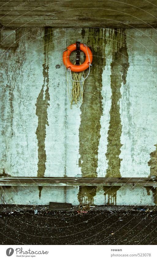 rettungsring Mauer Wand dunkel kalt kaputt nass trist Bank Umkleideraum Rettungsring Rettungsschwimmer Unfall Rettungsgeräte Notfall ertrinken orange Betonwand