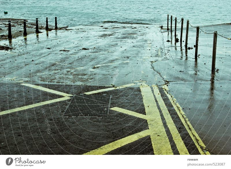 nass Küste Seeufer Flussufer Straße kalt Rampe Überschwemmung Anlegestelle Schilder & Markierungen Wasser Farbfoto Gedeckte Farben Außenaufnahme Menschenleer