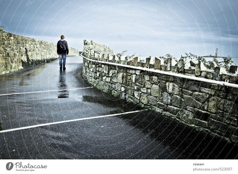 nach dem regen Mensch maskulin Mann Erwachsene 1 Wege & Pfade nass Mauer Steinmauer stehen Spaziergang Regenwasser Asphalt Einsamkeit einzeln Kurve Farbfoto