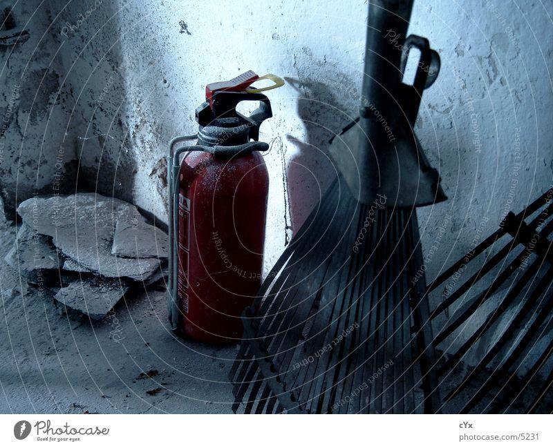 Die letzte Ecke rot Garten dreckig Industrie Putz Grunge Schutz Feuerlöscher Harke