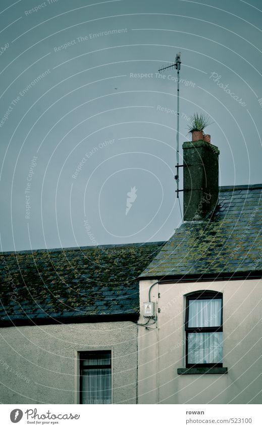 fenster Haus Einfamilienhaus Architektur Fassade Fenster Dach Schornstein alt dunkel kalt kaputt trist Häusliches Leben Antenne einfach Vorhang nass Unwetter