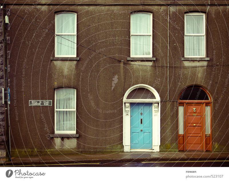 individualität Haus Einfamilienhaus Mauer Wand Fassade Fenster Tür alt trist Stadt blau rot Eingang Eingangstür Reihenhaus Farbfoto Außenaufnahme Menschenleer