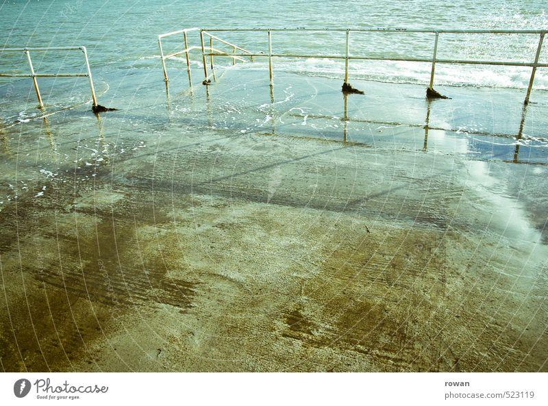 nass Meer Geländer Beton Überschwemmung Wasser Schwimmbad Einstieg (Leiter ins Wasser) Farbfoto Außenaufnahme Menschenleer Textfreiraum links