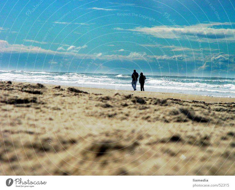 am strand zu zweit allein Mensch Frau Himmel Mann Natur Meer Strand Wolken Erwachsene Erholung sprechen Sand Paar 2 Zusammensein Wellen