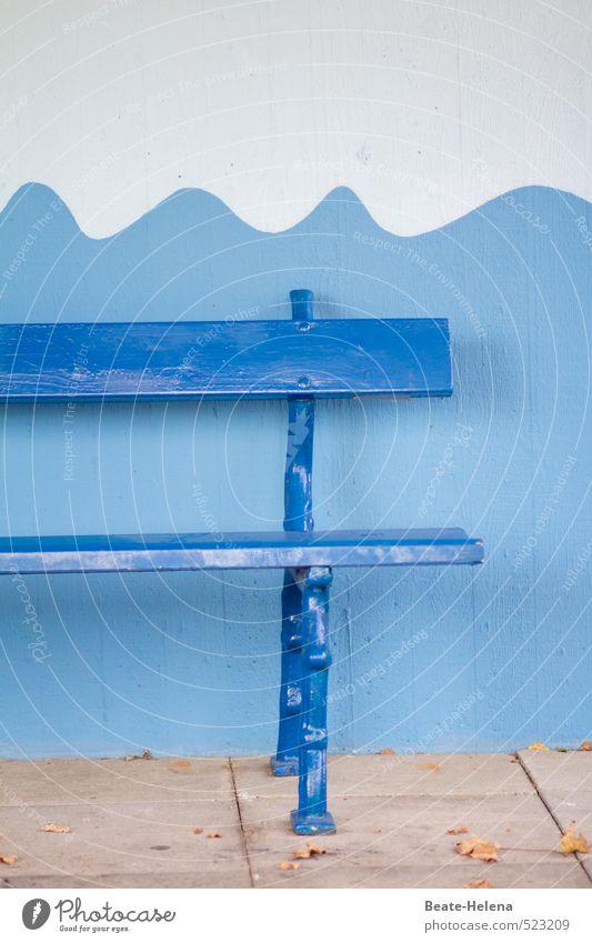 Halbe Sachen | ganzer Sitzkomfort blau weiß Sommer Erholung ruhig Wand Mauer Schwimmen & Baden braun Park Zufriedenheit sitzen ästhetisch Beton Fröhlichkeit