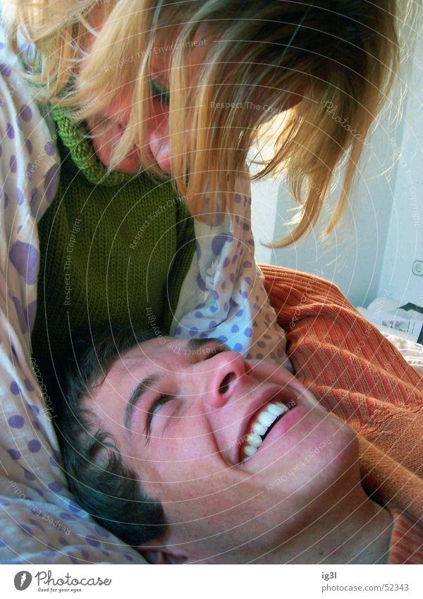 mehr als ein blick Mann Frau Bett blond Pullover grün harmonisch Umarmen herzlich Gefühle Liebe Zärtlichkeiten Zuneigung Partnerschaft perfekt Blick schön