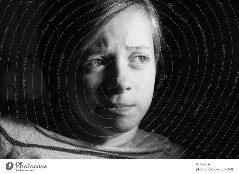 Mädchen 4# Kind schwarz dunkel Gefühle Licht Porträt hell Kontrast Gesicht Schwarzweißfoto b/w Gesichtsausdruck Fragen