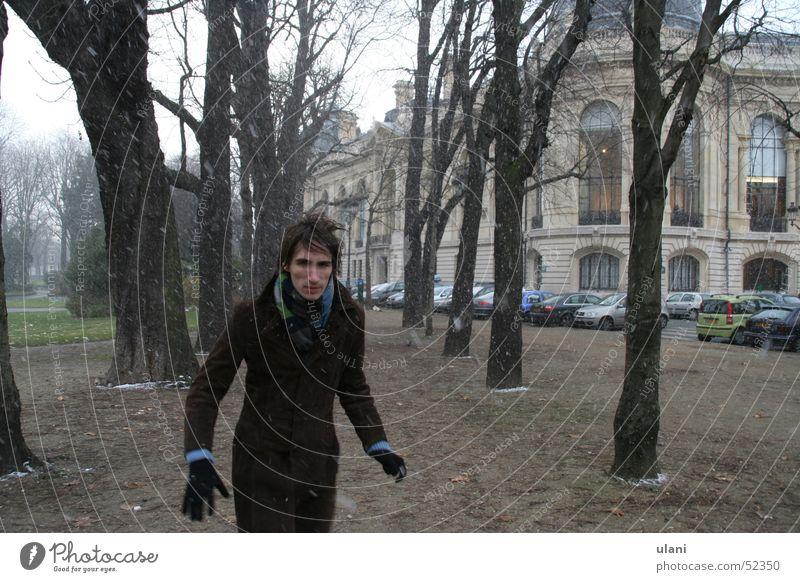 der angreifer im schnee Mann Winter kalt Schnee Handschuhe attackieren Feindschaft