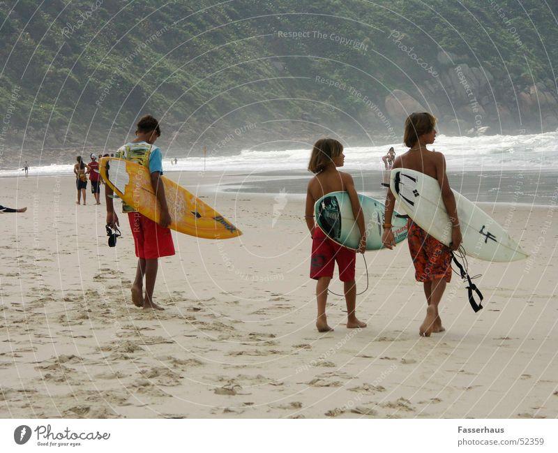 surf kids Surfer Surfen Surfbrett Wellen Strand Ferien & Urlaub & Reisen Brasilien Guarujá Sonnenbad Kind Junge Meer wave bord vacancy easy Sport Freiheit