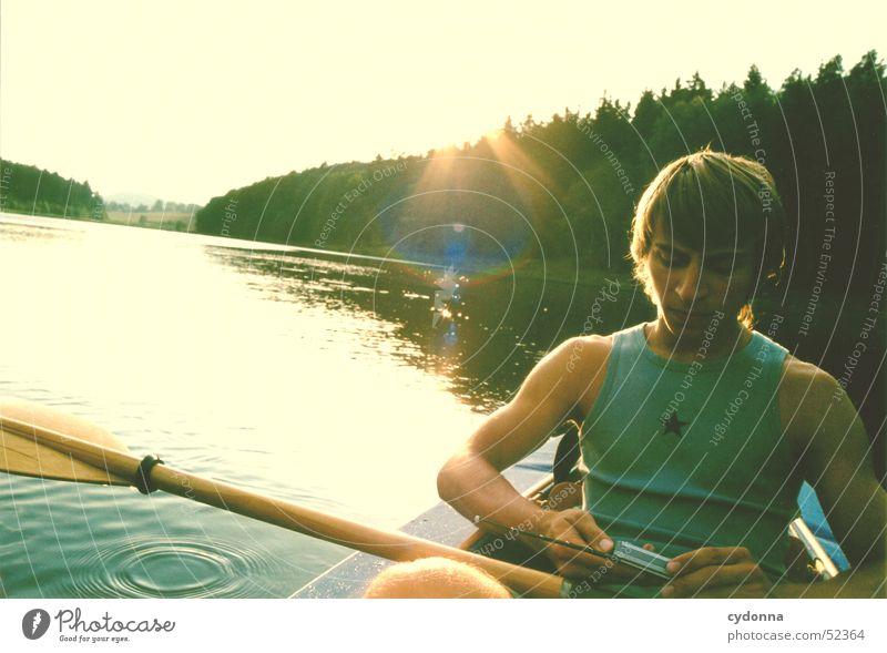 Kein Empfang? Mensch Mann Sonne Sommer Wald See Wasserfahrzeug Ausflug Aktion Radio Versuch Paddel Medien Stausee