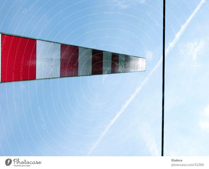 freier Durchfluß Himmel weiß rot Linie Flugzeug Energie Verkehr Eisenbahn geschlossen Elektrizität Luftverkehr Kabel U-Bahn Barriere Warnhinweis Halt