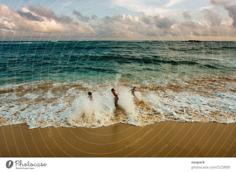 Strand Mensch blau Wasser Sommer Sonne Erholung Wolken Gefühle Sport Bewegung Küste Spielen Schwimmen & Baden Freundschaft Stimmung braun