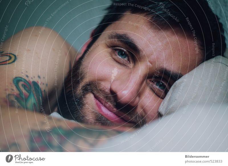 sharing visions of an endless summer maskulin Junger Mann Jugendliche Erwachsene Haut Gesicht Auge Bart 1 Mensch 30-45 Jahre Tattoo Vollbart Lächeln liegen