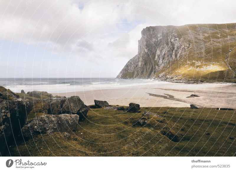 Kvalvika Bay Norway Natur Ferien & Urlaub & Reisen Wasser Meer Strand Berge u. Gebirge Reisefotografie Wiese Küste Stein Sand Felsen Wellen wandern Insel