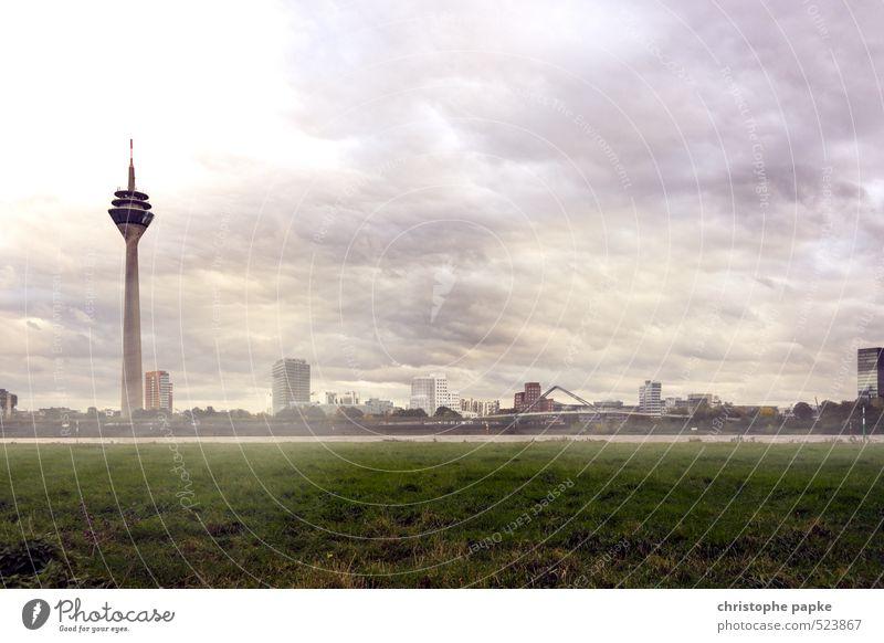 Düsseldorf - Medienhafen Stadt Wolken Architektur Deutschland Wetter modern Turm Skyline Wahrzeichen Sturm Stadtzentrum Sehenswürdigkeit Surrealismus