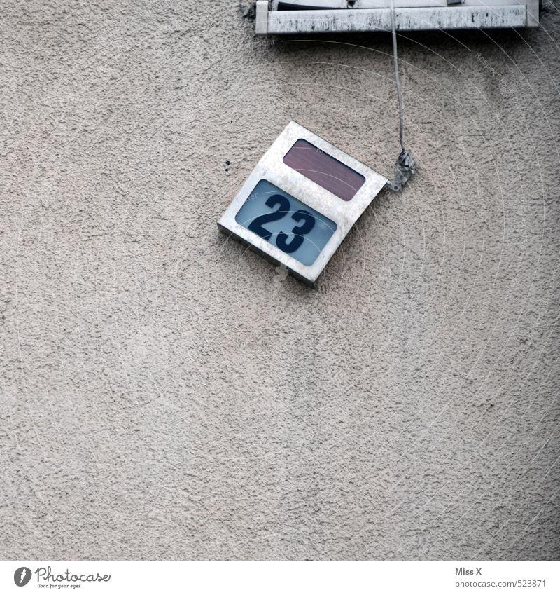 Schiefe Hütte Häusliches Leben Wohnung Haus Renovieren Lampe Mauer Wand Fassade Namensschild Zeichen Ziffern & Zahlen hängen alt Neigung kaputt 23 Hausnummer