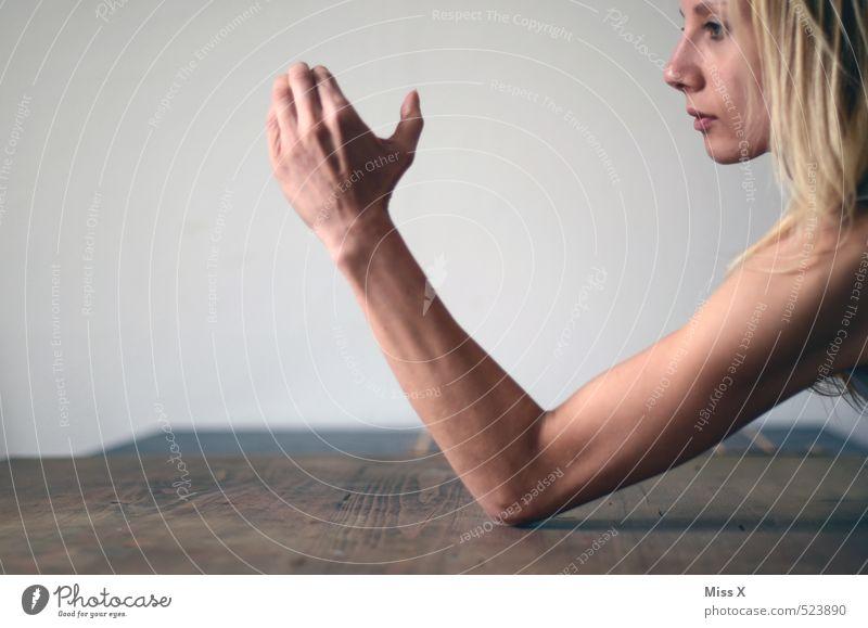 komm her... Mensch Jugendliche Hand 18-30 Jahre Erwachsene feminin Gefühle Sport Stimmung Kraft blond Arme Coolness stark Mut Konflikt & Streit