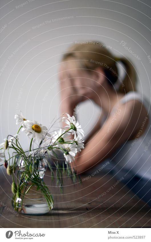 Trauerspiel Tisch Mensch feminin Junge Frau Jugendliche Leben 18-30 Jahre Erwachsene Blume blond Traurigkeit weinen Gefühle Stimmung Sorge Liebeskummer
