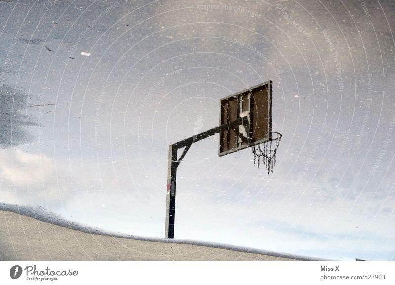 Spiegel Sport Ballsport Sportstätten Wasser schlechtes Wetter Regen nass Basketballkorb Spielfeld Pfütze Farbfoto Außenaufnahme Menschenleer Textfreiraum links