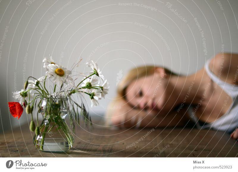 Müde Tisch Mensch feminin Junge Frau Jugendliche 1 18-30 Jahre Erwachsene Blume liegen träumen Traurigkeit verblüht Gefühle Stimmung Liebeskummer Müdigkeit