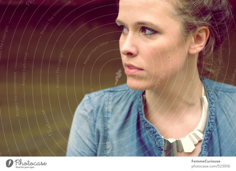 Brunette Beauty (V). Mensch Frau Jugendliche schön Einsamkeit Junge Frau 18-30 Jahre Erwachsene feminin Frühling Stil natürlich Mode nachdenklich elegant
