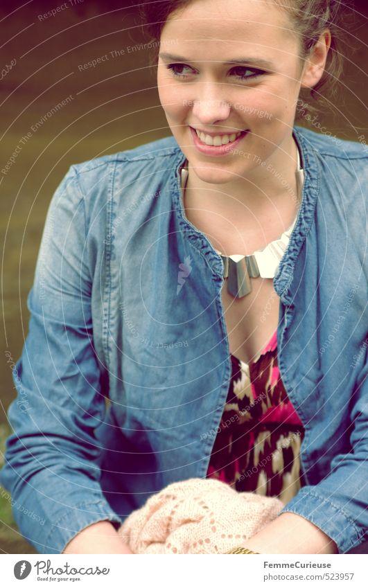 Brunette Beauty (I). Lifestyle elegant Stil schön Freizeit & Hobby feminin Junge Frau Jugendliche Erwachsene 1 Mensch 18-30 Jahre Jeansjacke Halskette Kleid