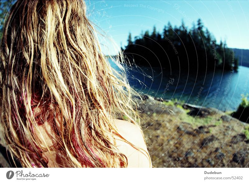 summer Farbfoto Außenaufnahme Textfreiraum rechts Tag Sonnenlicht Schwache Tiefenschärfe Weitwinkel Wegsehen Sommer Insel Junge Frau Jugendliche Erwachsene Kopf