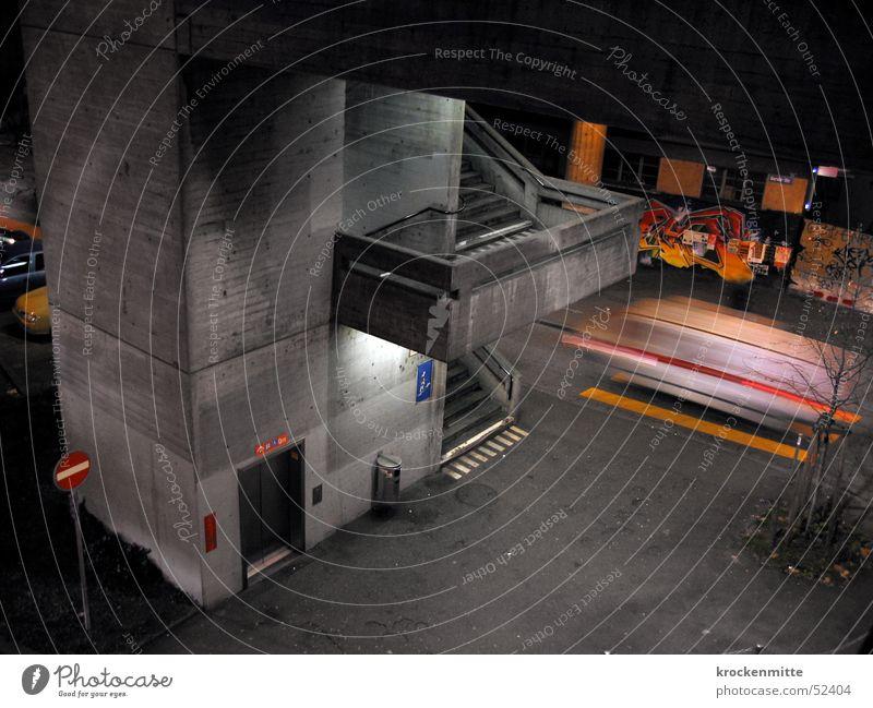 nächtens Stadt Straße Graffiti grau Treppe Beton Geschwindigkeit fahren Fahrstuhl Zürich Krankenwagen Einbahnstraße
