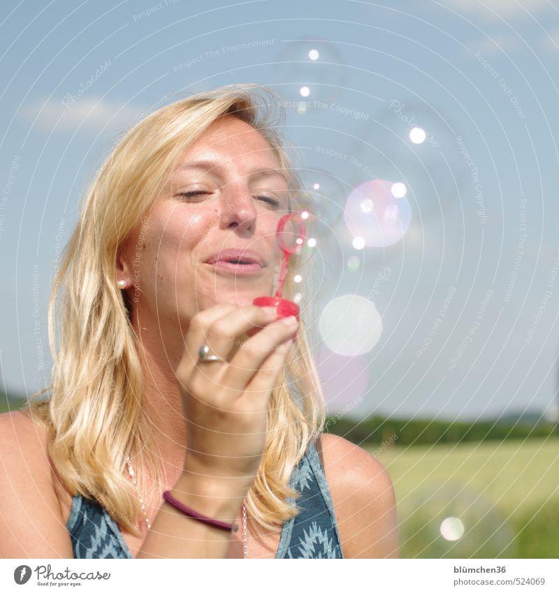Spielen ist so schön!!! Mensch feminin Junge Frau Jugendliche Erwachsene Gesicht Hand 1 18-30 Jahre Spielzeug Seifenblase beobachten fliegen träumen authentisch