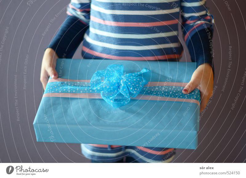 ein Zweites Mensch blau Hand Mädchen feminin Glück Feste & Feiern Geburtstag Kindheit Fröhlichkeit Geschenk festhalten Überraschung Handel Vorfreude schenken