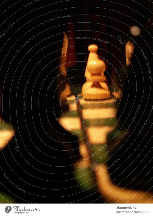 Durchblick Schachfigur Schachbrett Holz Quadrat Dame kariert grün weiß schwarz dunkel Licht böse Duell Spielen planen Eisenbahn Konzentration Makroaufnahme