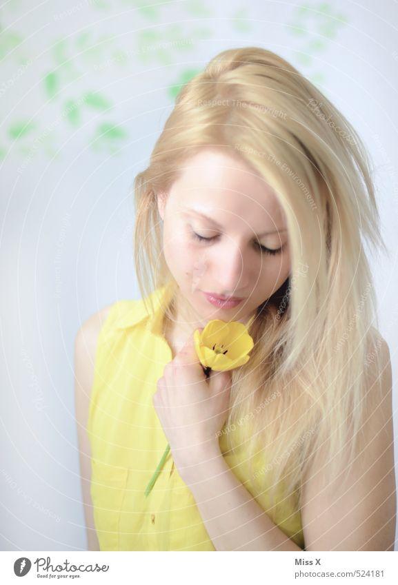 Just give a reason Mensch Jugendliche schön Junge Frau Blume 18-30 Jahre Erwachsene gelb Liebe feminin Gefühle Traurigkeit Frühling träumen Stimmung blond