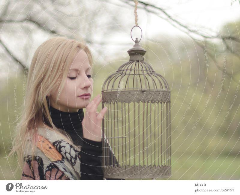 Goldener Käfig schön ruhig Meditation Mensch feminin Frau Erwachsene 1 18-30 Jahre Jugendliche Park Wald Gefühle Stimmung träumen Sehnsucht Enttäuschung