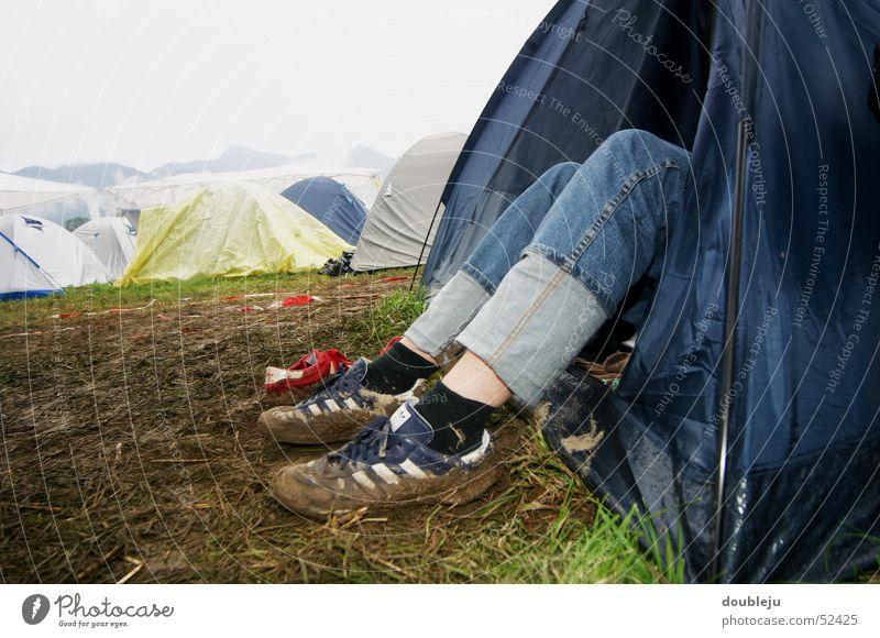 ruhepause Sommer Fuß Schuhe Beine dreckig Erde Konzert Zelt Musikfestival Open Air