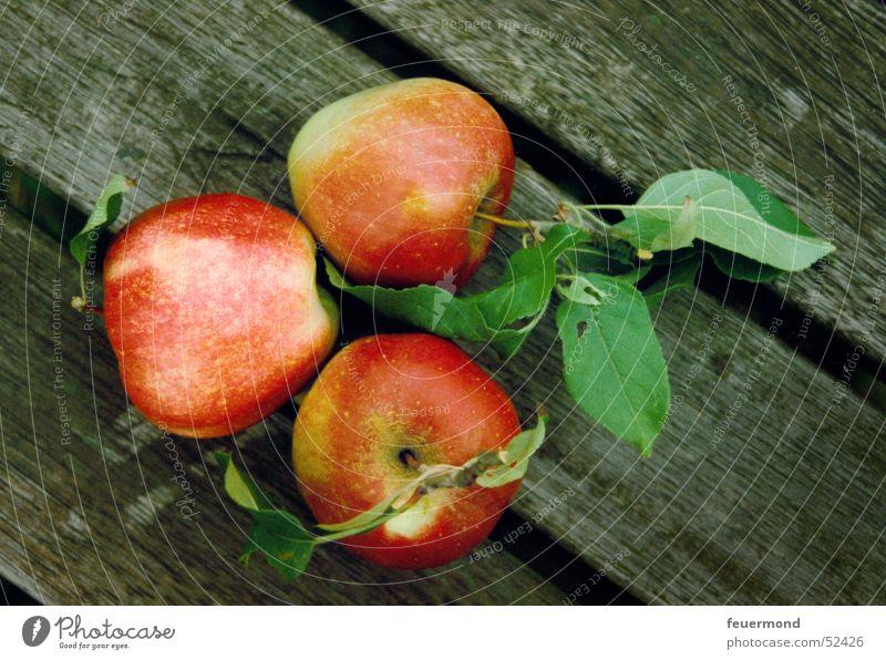 Die drei Äpfel grün rot Blatt Holz Frucht 3 Apfel Holzbrett