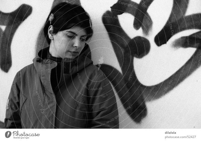 betty Porträt Mensch Frau woman alone grafitty Schwarzweißfoto b&w young Einsamkeit schwarz und weiß bw