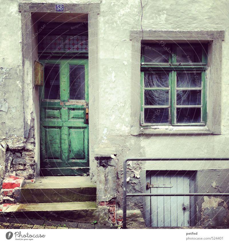 Häusliche Ansichten II Haus Mauer Wand Treppe Fassade Fenster Tür Hausnummer alt dreckig gruselig hässlich kaputt grün Spinnennetz schäbig Leerstand