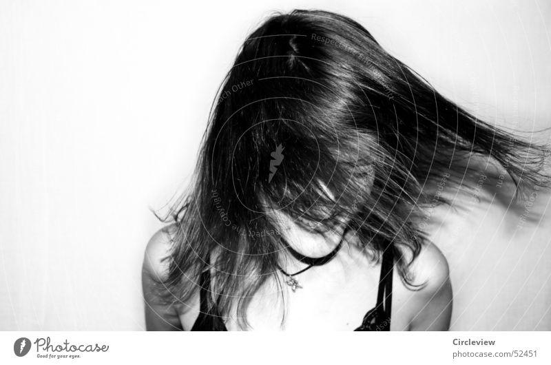 Gegenwind #2 Frau schwarz weiß Mensch schütteln Aktion Porträt Haare & Frisuren Gesicht Kopf Schwarzweißfoto Schatten woman hair face head humans black white