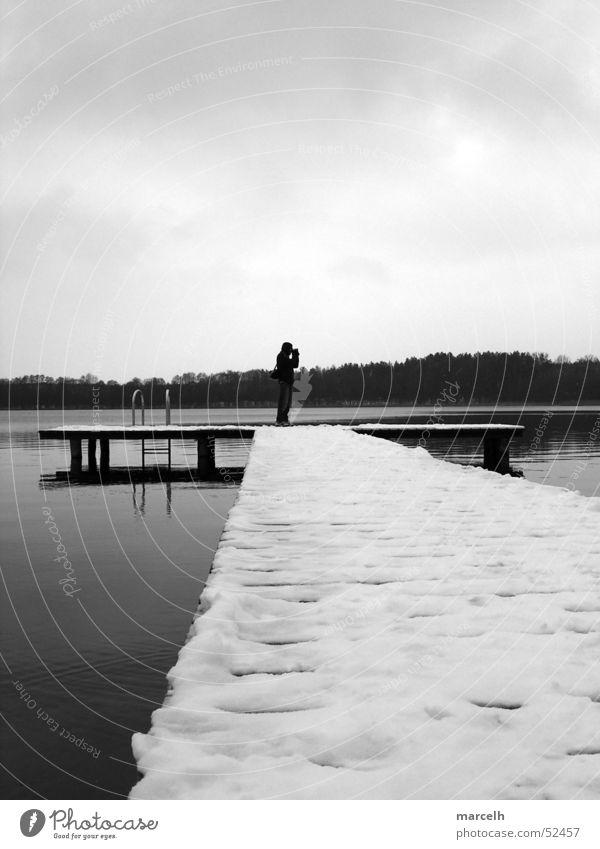 zum Baden zu kalt See Steg Holz Winter Mann grau Wasser Schnee