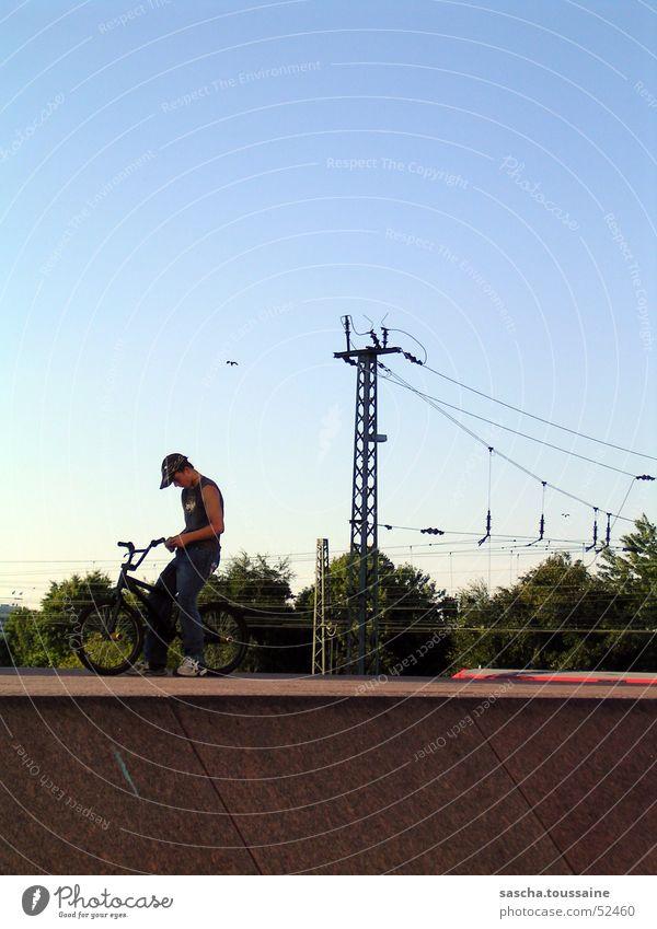 free-style-standing-xtrem Freestyle Fahrrad Radrennen Mann BMX Motorradfahrer Stil Straßenkunst Dirtjump Oberleitung U-Bahn S-Bahn Eisenbahn Baum Holzmehl Stein