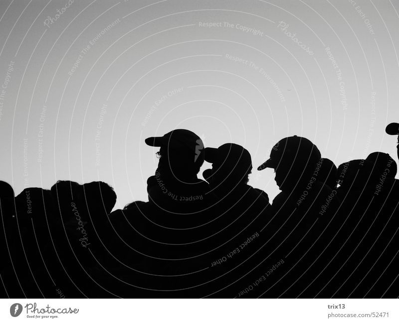 Menschenschar Menschengruppe Schwarzweißfoto Schatten Kopf Himmel