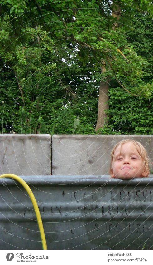 sommerbad Waschzuber grau Furche Überläufer Kind Baum Beton Schlauch Badewanne grinsen Wiese Wald Gartenschlauch gelb Außenaufnahme Momentaufnahme children
