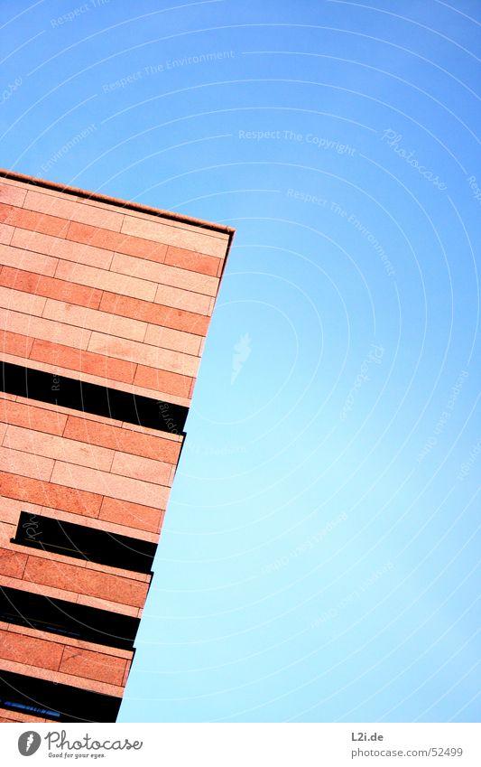 touch the heaven Himmel blau Haus schwarz Fenster Wand Mauer Stein braun modern Ecke Turm Dach Treppenhaus Bürogebäude