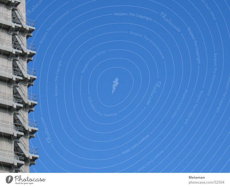 hoch hinaus Wand grau Frankfurt am Main Raster Etage aufsteigen sehr wenige Außenaufnahme Himmel Treppe blau Industriefotografie Leiter Freiheit leer Klarheit