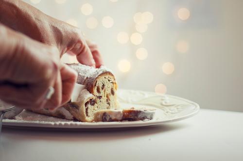 Stollen Weihnachten & Advent Hand Lebensmittel gold festhalten Kuchen Backwaren Messer Teigwaren Dessert Rosinen Christstollen