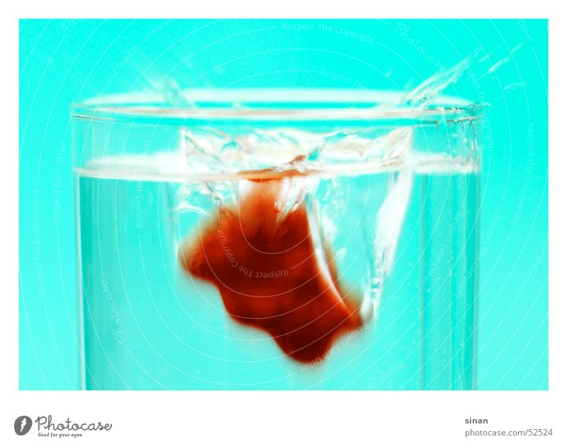 sPLasH lecker Tier klein rot Gummibärchen Süßwaren Ernährung ungesund grell Warnfarbe türkis zyan nass spritzen süß tauchen Momentaufnahme Mittelformat Bär